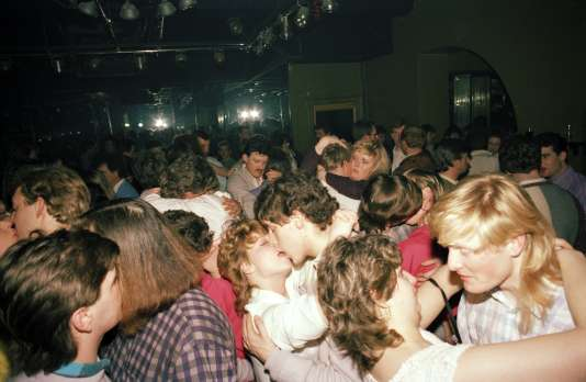 Photo extraite de la série «Looking For Love», réalisée par Tom Wood au clubThe Chelsea Reach (Liverpool) entre 1984 et 1987. Cette série a fait l'objet d'un livre édité en 1989 par Cornerhouse Publications.