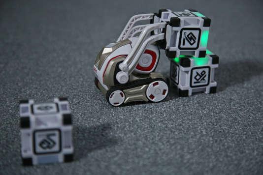 L'un des tours préférés de Cozmo: empiler ses«power cubes».