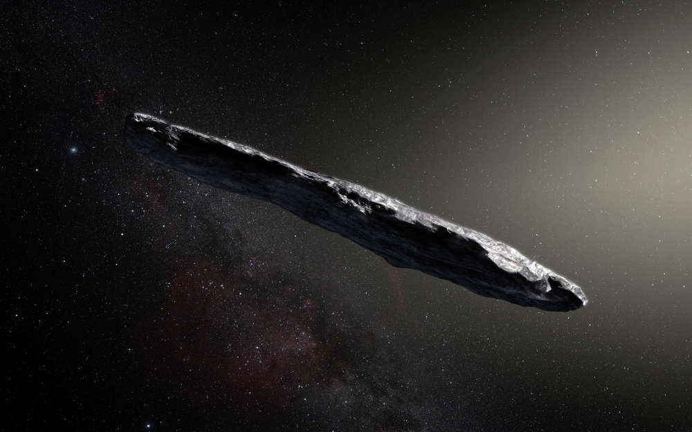 Le premier objet venant d'au-delà de notre Système solaire a été détecté le 19octobre par un télescope de l'université d'Hawaï. L'Union astronomique internationale l'a officiellement nommé 1I/2017 U1 («I» pour «interstellaire»), mais c'est son nom en hawaïen qui restera: «'Oumuamua», pour «premier messager du lointain». En provenance de la constellation de la Lyre, il est passé à 60 fois la distance Terre-Lune de notre planète, avant de repartir vers la constellation Pégase. Dans Nature du 20novembre, une équipe internationale a décrit son étonnante structure rocheuse et métallique: long de 400 mètres, très effilé, il ne correspond à rien de connu dans le Système solaire. ESO/M. Kornmesser