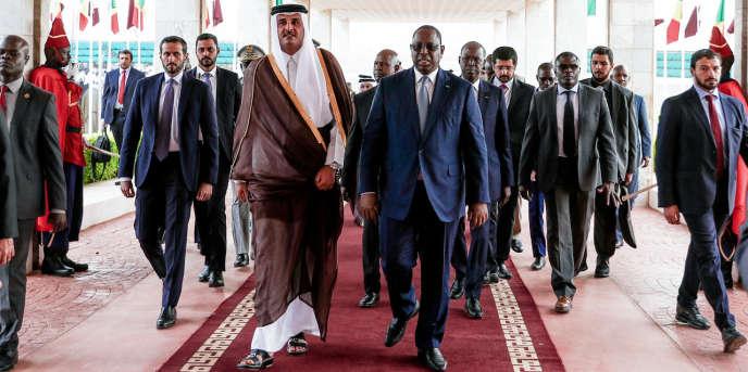 L'émir du Qatar,Tamim Ben Hamad Al-Thani, et le président sénégalais, Macky Sall, à l'aéroport de Dakar, le 20décembre 2017.