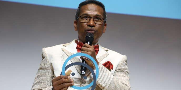 Le docteur Ely Rakotoarimanana reçoit un prix de la fondation Postive Planet, le 20décembre 2017, à la fondation Louis-Vuitton, à Paris.