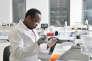 Dans le laboratoire de DNA Script, start-up française abritée par l'hôpital Cochin, àParis, le 6 décembre.