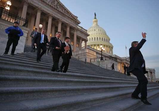 Les membres de la Chambre des représentants quittent le Capitol après le vote sur le budget fédéral, le 21 décembre à Washington D.C..