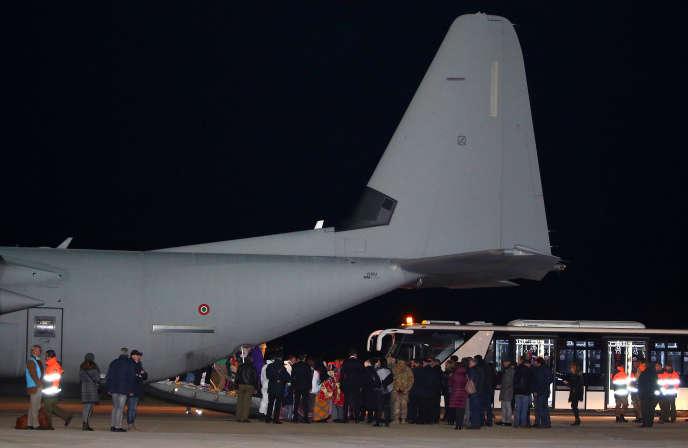 Arrivée de réfugiés en provenance de Libyeà l'aéroport militaire de Pratica di Mare, en Italie, le 22 décembre 2017.