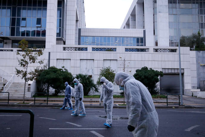 Les policiers à la recherche de preuves devant la cour d'appel, vendredi 22 décembre.