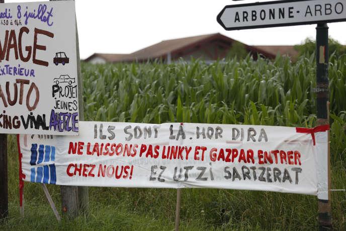 Manifestation contre la mise en place de compteurs Linky à Arbonne (Pyrénées-Atlantiques), le 11 août.