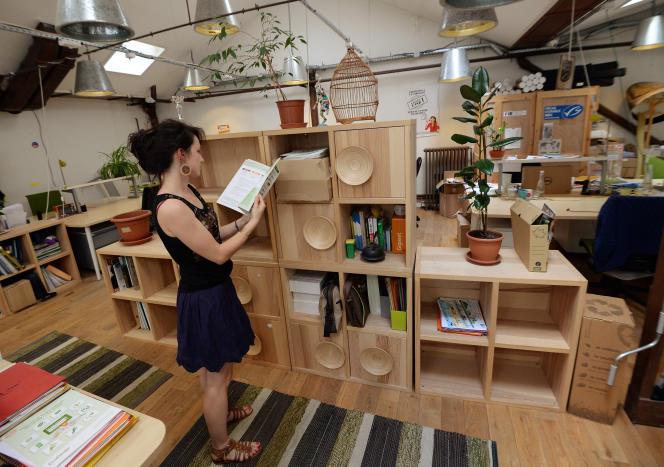 A «La Ruche», un espace de coworking insolite au coeur de Paris, où de jeunes entrepreneurs sociaux viennent rompre leur solitude et demander conseil à leurs pairs, le 31 juillet 2014.