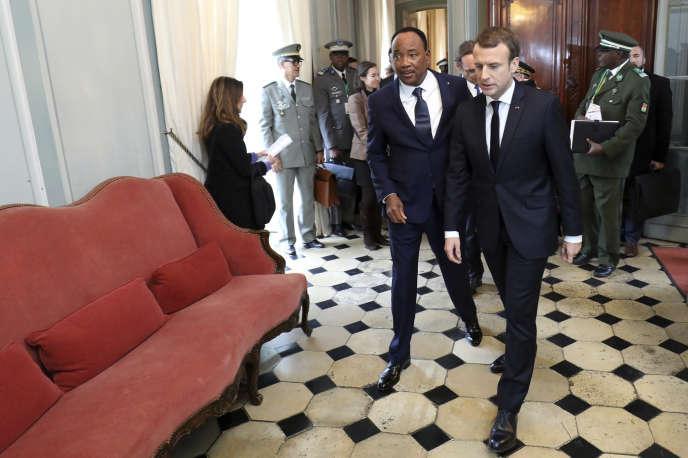 Le président nigérien Mahamadou Issoufou et Emmanuel Macron lors de la réunion du G5 Sahel, à La Celle-Saint-Cloud (Yvelines), le 13 décembre.