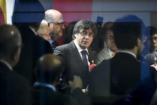 Carles Puigdemont à son arrivée à sa conférence de presse, vendredi22décembre.