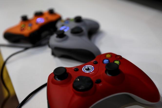 Le sapin aimante les jeux vidéo et livres d'abord, les disques ou DVD aussi – de 20% à 50% du chiffre d'affaires de l'année (photo : des manettes de Xbox, lors d'un salon à Paris, en novembre).