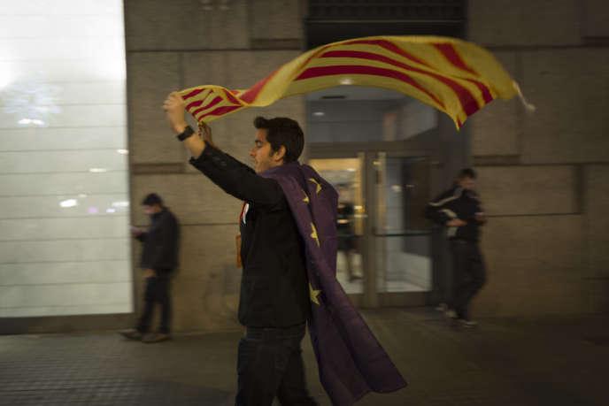 Un militant du parti Ciudadanos dans les rues de Barcelone, le 21 décembre 2017.