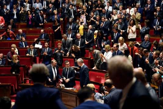 Les députés applaudissent le ministre de l'action et des comptes publics, Gérald Darmanin, après le vote du budget en première lecture, le 24 octobre.