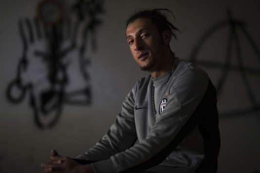 Akram Ben Boubker, de Libye, dans le bâtiment abandonné dans lequel il vit.
