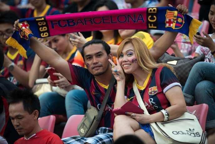 Deux supporteurs du FC Barcelone lors d'un match amical à Bangkok, en août 2013.