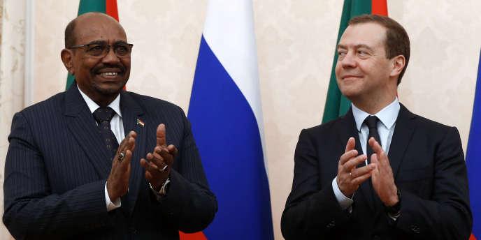 Le président soudanais, Omar Al-Bachir, et le premier ministre russe, Dimitri Medvedev, à Sotchi, le 21novembre 2017.