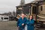 Kelly Murray et son mari Bill Murray devant leur mobil-home, àCampbellsville (Kentucky), le 19 décembre.