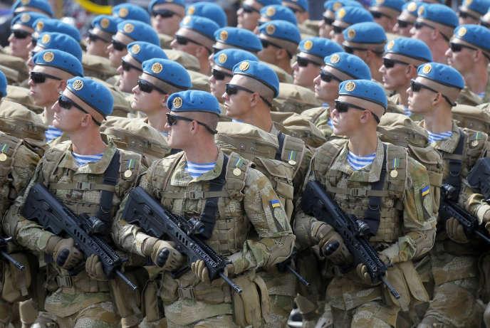 Des soldats ukrainiens défilent à Kiev, le 24 août.Les Etats-Unis ont décidé, le 22 décembre, de fournir des armes létales de défense à Kiev.