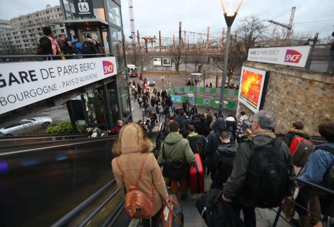 Des voyageurs à la gare de Bercy, le 23 décembre, n'ont pas pu monter à bord de leur train, malgré leur billet.