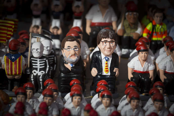 Des « caganers », santons satiriques représentant le président du gouvernement espagnol, Mariano Rajoy, et l'ancien président du gouvernement catalan, Carles Puigdemont, vendredi 22 décembre, à Barcelone.
