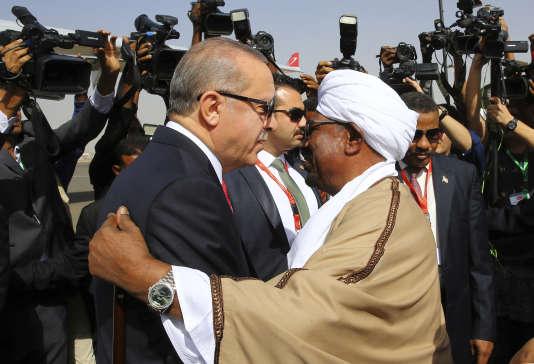 Les Soudanais s'exilent, leur président s'accroche au pouvoir