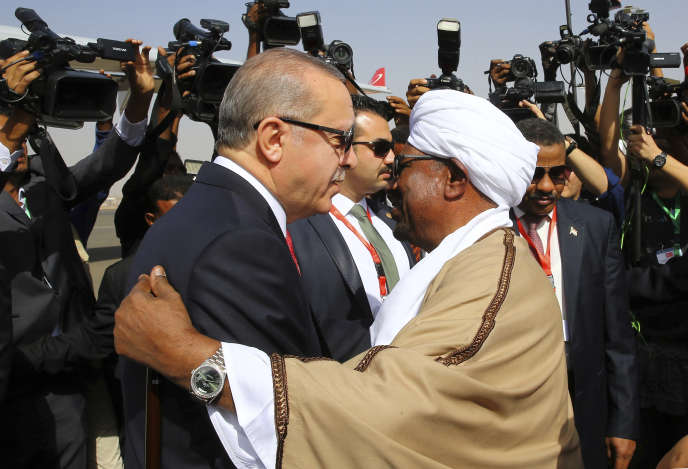 Le président soudanais Omar Al-Bachir reçoit le président turcRecep Tayyip Erdogan à Khartoum, le 24 décembre 2017.