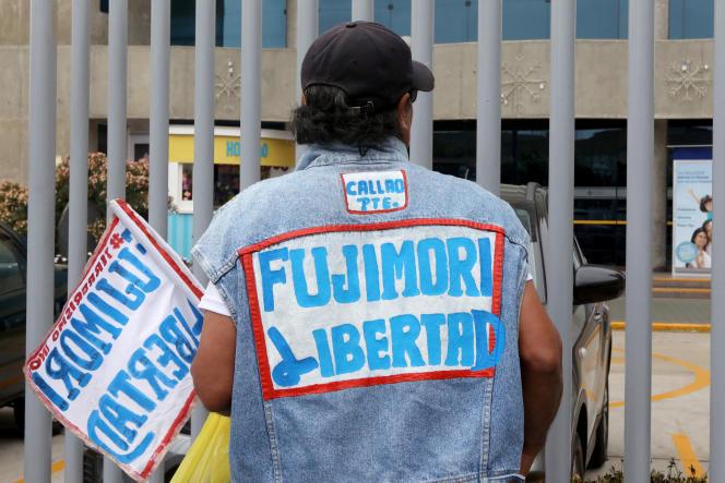 Un homme arborant le slogan« Liberté pour Fujimori», devant la clinique de Lima où l'ancien dirigeant, condamné pour crimes contre l'humanité, a été hospitalisé. Le 24 décembre.
