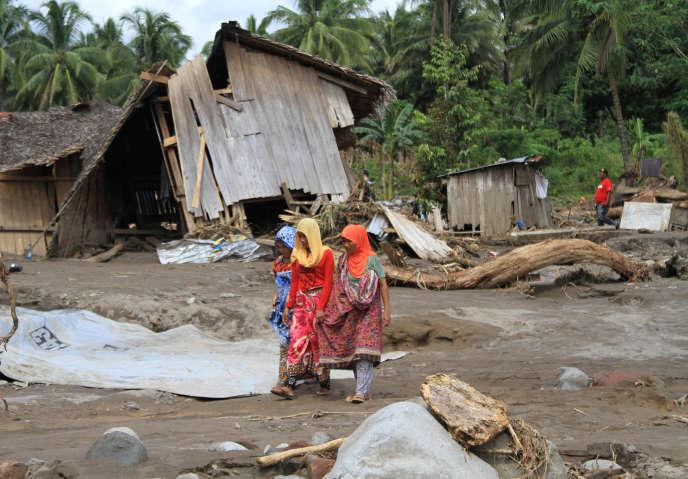 Les habitants d'un village dévasté dans la province de Lanao del Norte, aux Philippines, le 24 décembre 2017.