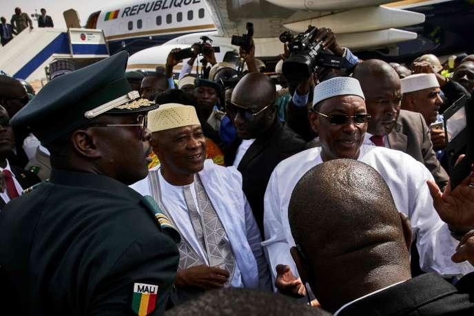 A droite, le premier ministre Abdoulaye Idrissa Maiga, le 24 décembre à Bamako.