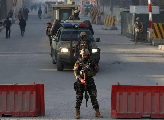 Aux abords du lieu où s'est déroulé l'attentat suicide, à Kaboul, le 25 décembre.