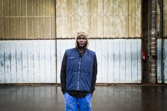 Anwar, à Bellerive-sur-Allier (Allier), au chantier d'insertion auquel il est intégré depuis deux mois. Son travail consiste à collecter, trier, réparer et réemployer des palettes de bois. Le 21 décembre 2017.