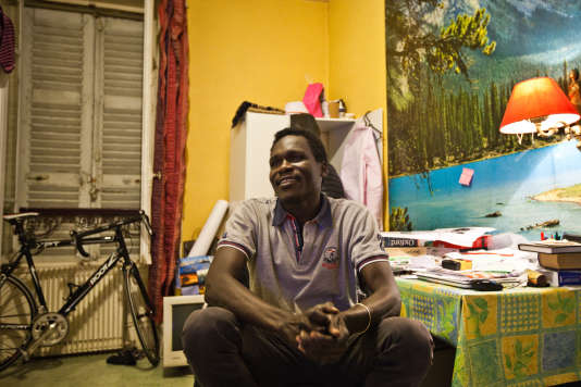 Anwar, dans son nouveau studio à Vichy, qui correspond à la chambre d'un hôtel désaffecté du centre-ville. Dans une seule pièce se trouvent un lit une place, une kitchinette, une cabine de douche et un lavabo. Le 21 décembre 2017.
