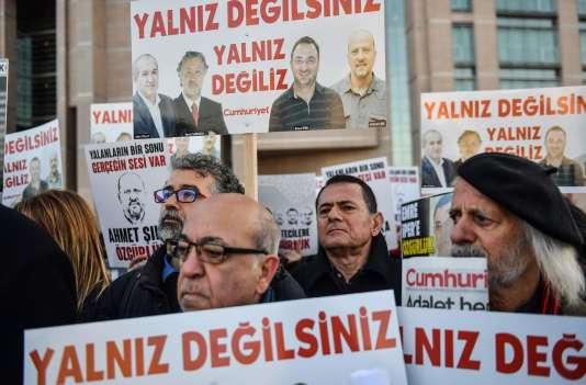 Des manifestants brandissent des pancartes « Vous n'êtes pas seuls» àl'adresse des journalistes du quotidien, à Istanbul, le 25 décembre.