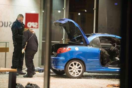 La police inspecte les dommages après qu'une voiture a foncé contre le siège du SPD à Berlin, lundi 25 décembre.