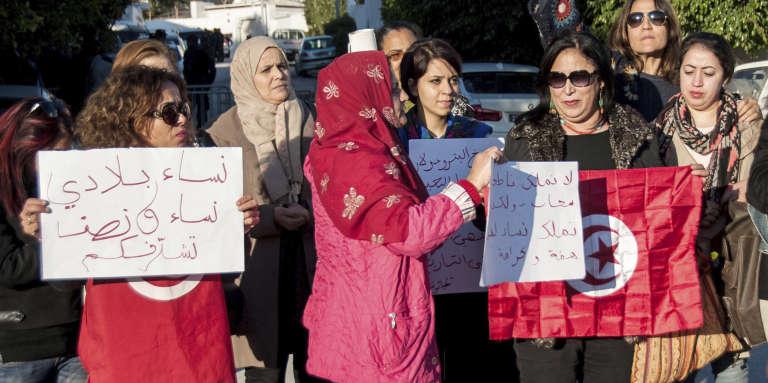 Des Tunisiennes manifestent près de l'ambassade des Emirats arabes unis à Tunis contre la décisionde la compagnie aérienne Emirates d'interdire les femmes tunisiennes sur ses vols.