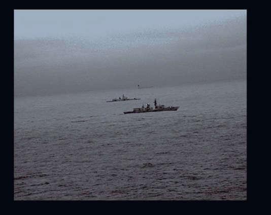 Des images prises par un hélicoptère montrent le bâtiment russe escorté par la Royal Navy.