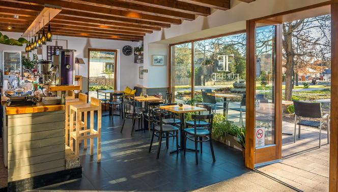 Plats typiques et simples au café-restaurant Für Elise.