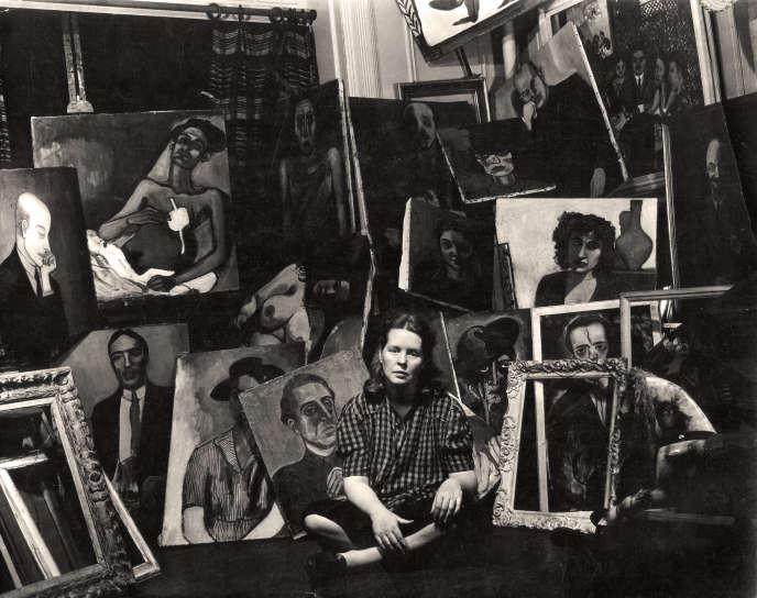 Alice Neel posant devant ses œuvres en 1940.