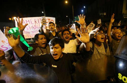Des manifestants hostiles à la grâce d'Alberto Fujimori expriment leur colère, près de l'hôpital de Lima qui a pris en charge l'ancien président péruvien.