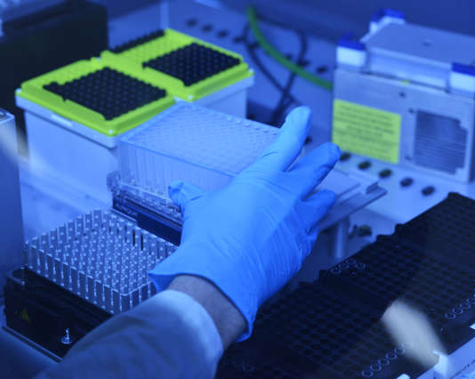 Préparation d'échantillons de réactifs dans un laboratoire à Paris.