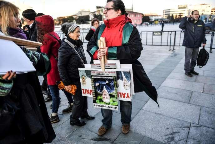 Manifestation de soutien à la rédaction de « Cumhuriyet », le 25 décembre, à Istanbul.