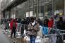 Des migrants font la queue pour faire une demande d'asile, à Paris, le 21 décembre.