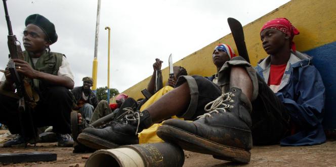 De jeunes combattants loyaux au président Charles Taylor, à Monrovia, au Liberia, en juillet 2003.