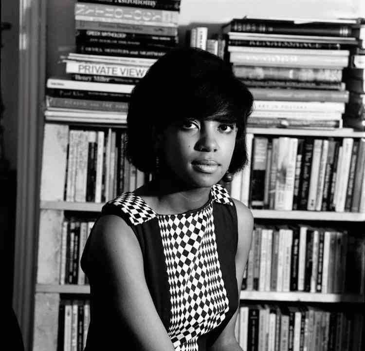 Le modèle Erlin Ibreck, dans un appartement du quartier de Kilburn, en 1966. Alorssecrétaire, elle fut repérée par James Barnor à un arrêt de bus.
