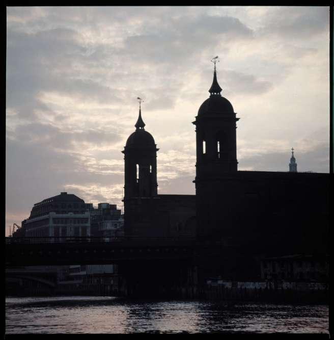 La Tamise prise depuis un bateau, dans les années 1960. James Barnor, qui s'est toujours intéressé à l'architecture, a utilisé un film diapositif développé par ses soins à la London Polytechnic où il suivait des cours du soir.