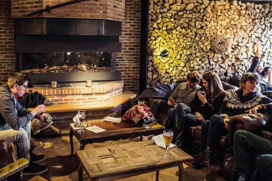 A la brasserie De Halve Maan, on peut siroter une bière en hauteur ou au coin du feu.