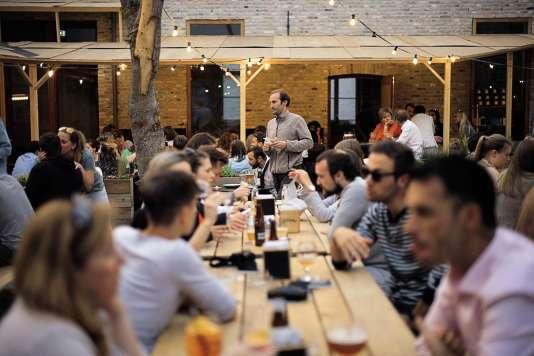 Un restaurant et sa terrasse, pour déguster une des nombreuses bières du pays.