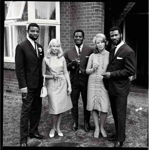 Un groupe d'amis photographié lors d'un mariage à Balham, un quartier sud de Londres, dans les années 1960.