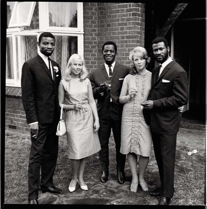 Un groupe d'amis photographié lors d'un mariage à Balham, un quartier du sud de Londres, dans les années 1960.
