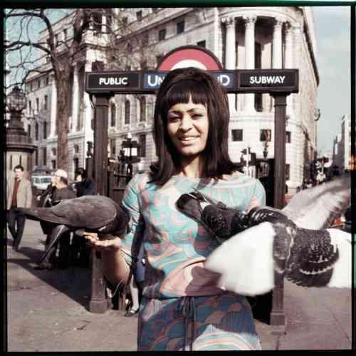 La Nigériane Marie Hallowi, actrice et mannequin photographiée pour le magazine Drum en 1966.