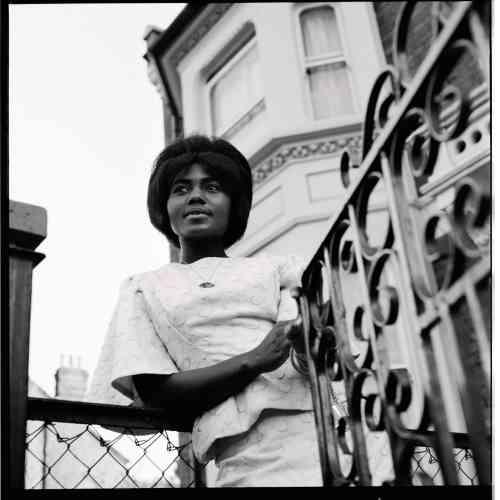 Sarah Mills Okaikoi, une amie ghanéenne du photographe, devant sa maison familiale dans le sud de Londres, au milieu des années 1960. James Barnor souhaitait qu'elle devienne modèle pour le magazine sud-africain Drum. L'étudiante avait déjà posé pourFlamingo, une revue panafricaine éditée au Nigeria, dont l'un des rédacteurs était ghanéen.